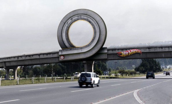 loop-looping-outdoor-ambient-marketing-bogota-alternatif-affichage-colombie-hotwheels-1-595x360